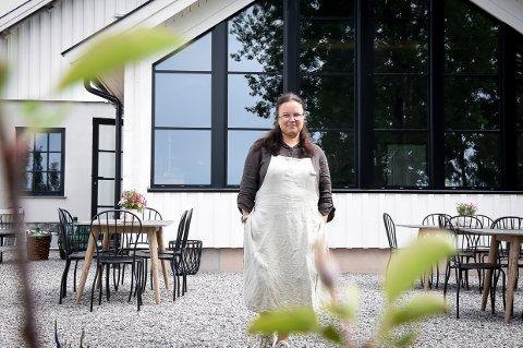 FØLGER DRØMMEN: Guro Rimstad ønsker velkommen til sin nye gårdsbutikk og kafé i Brunlanes.