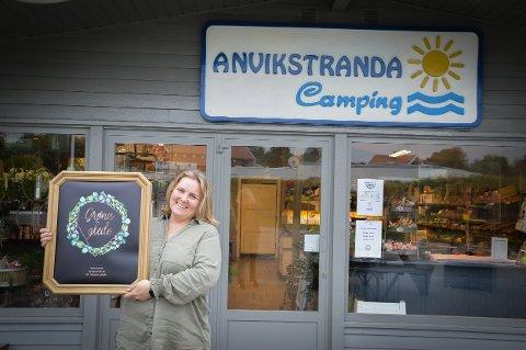 IKKE HELT VANLIG: Sølvi Anvik foran campingbutikken der du ikke bare får kjøpt mat og is.