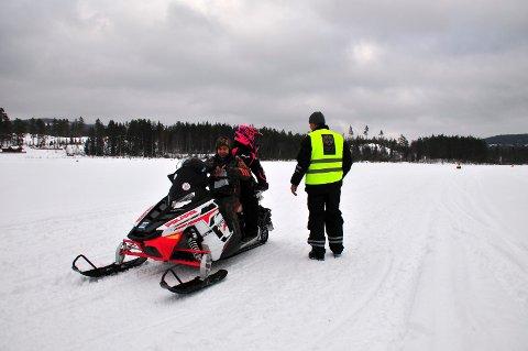ALT I ORDEN: Her kan naturoppsynet konstatere at alt er i orden hos disse snøwcooterbrukerne som hos alle de andre kontrollerte i Åsnes-leden.