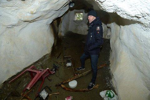 IKKE BRA: Eiendomssjef Kjell Karlsen konstaterer at denne nødutgangen ikke skal stå åpen for alle.