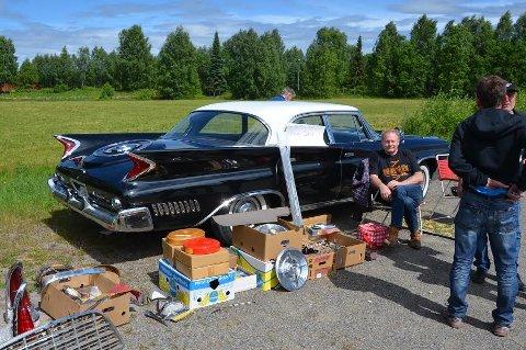 SVENSK NEW YORKER: Jan Fridberg med sin Chrysler New Yorker. Bilen er fra 1960, men har fortsatt den originale lakken. Lent opp mot bilen står to inngangslister som Jan har laget.