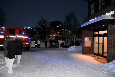 FALSK ALARM: Tynset brannvesen rykket ut til Sparebanken Hedmark-bygget da  brannalarmen gikk cirka klokka 8.45 mandag morgen.
