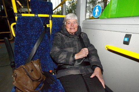 BRUKER ALLTID SETEBELTE: Selv om det ikke er påbudt bruker Ruth Alnes fra Elverum alltid setebelte på bybyssen. (Foto: Anita Høiby Gotehus)
