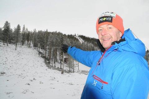 SKAL UTBEDRES: Per Morten Brennodden og Folldal IF har fått et kickstart med 10.000 kroner til skileikanlegg og ny heis til hoppbakkene i Stormoegga.