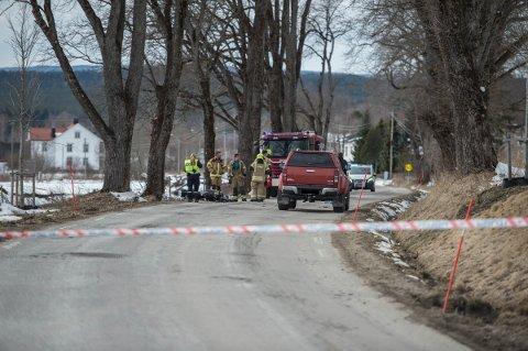 DØDE MOMENTANT: 16-åringen som var involvert i motorsykkelulykken døde på stedet. (Foto: Lars Nyland)
