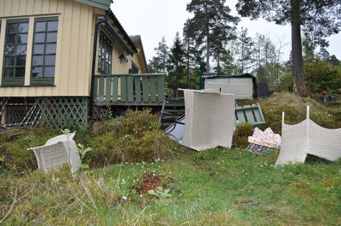 MØBLER: Møbler og annet utstyr lå strødd rundt hytta på Fuglevik på Jeløy. (Alle foto: Helge Kjøniksen)