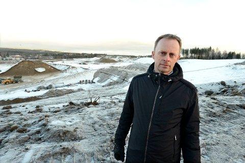FYLLE OPP: Rådmann Kristian Trengereid foran grustaket som skal forvandles til bydelen Ydalir som snart er klar til å ta imot nye innbyggere.