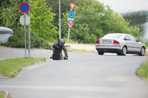 BESKYTTET: Bombegruppa fra Oslo politidistrikt undersøkte den mistenkelige gjenstanden torsdag kveld, og konkluderte med at den ikke inneholdt noe farlig. (Foto: Lars Nyland)