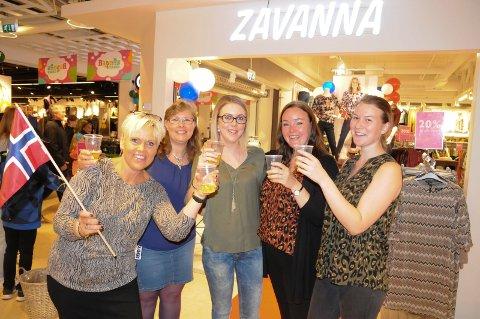 SKÅLTE I MOZELL: Butikksjef Signe Cathrine Andersen (Fra venstre), Mette Grøtting, Inga Dalvang, Mariann Tuveng og Jeanette Nordhagen hevet glassene for 1-årsjubileet til Zavanna på Amfi Tynset.