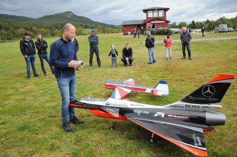 LEVER UT GUTTEDRØMMEN: Rune Brekken fikk stor oppmerkshet for sine radiostyrte jetfly under Fly-In på Tynset flyplass søndag.