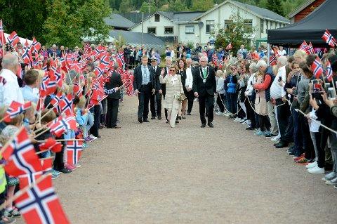 FOLKEFAST: 1.500 mennesker var til stede, da dronning Sonja ble tildelt Trysil-Knut prisen i Fladhagenparken i Trysil 31. august. Nå vil nanvet hennes bli inngravert i dekket på den nye Strandvoldbrua.