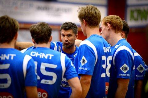 TRENER: Kristian Kjelling i full gang med å instruere sine menn underveis i kampen.