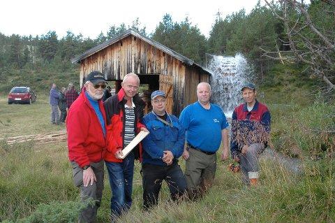 BLANT LANDETS BESTE: Noen av ildsjelene som  bidrar til å ta vare på Vassaga i Folldal som et kulturminne. Fra venstre: Tor Stenersen, Odd Uglem, Jostein Moseng, Per Arne Pedersen og Åge Enget.