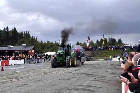 ACTION: Det blir mye røyk og høyt lydnivå når Ole-Martin Håtveit og traktoren «Whitney» deltar på løp i traktorpulling.