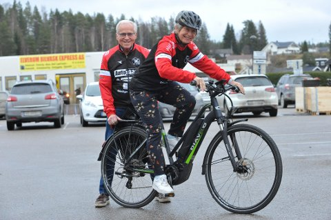 SATSER PÅ EL-SYKKEL: Leder i CK Elverum, Kjell Bjertnes sammen med Sol Østhagen, som skal lede den nye el-sykkelgruppa i klubben.