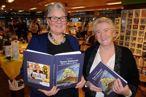 BOKLANSERING: - Marit (Arnesen) har gjort en eksellent jobb, sier Siri J. Strømmevold (til venstre)  om boka «Tynset Bokhandel - 100 år i kulturens tjeneste».