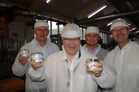 OMVISNING: Landbruks- og matminister Bård Hoksrud, administrerende direktør Trond Haug i Synnøve Finden (bak fra venstre), produksjonsdirektør Øyvind Berg og stortingsrepresentant Tor Andre Johnsen.
