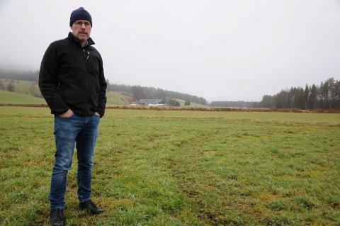 LITE SYNLIG: - Kjøringen med panserede kjøretøy på mine arealer er heldigvis ikke veldig synlig. Men enda vet jeg ikke effekten, sier leder Erling Aas-Eng i Hedmark Bondelag.