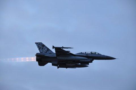 Hensikten med treningen er å øve på å planlegge, koordinere og gjennomføre formasjonsflyging med flere kampfly. (Foto: Scanpix)