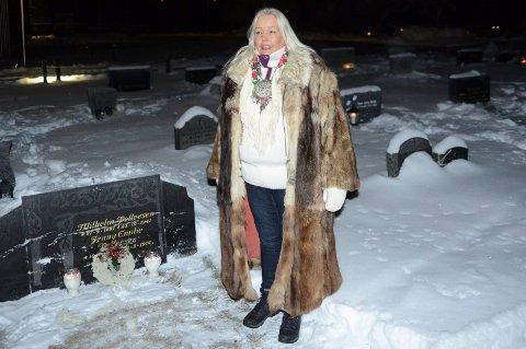 MILLAS GRAV: Lys og krans ble også tent og lagt ned på Tater-Millas grav.