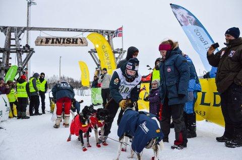 Iver Kolstad i mål som vinner av Femundløpet junior 2018. Her takker han hundene som ledet han til seier. Foto: Guril Bergersen