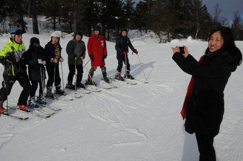 SMIL: Yuyun Li i Haouya study tour og seks andre turoperatører fra ulike områder i Kina fikk en leksjon i alpinbakken på Savalen av Per Roger Bekken lørdag.