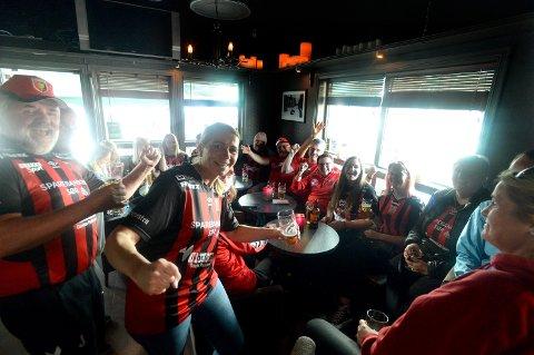 BLE IGJEN PÅ PUB: Svermen-supporterne holdt seg på puben mens Elverum-supporterne marsjerte til Terningen Arena.