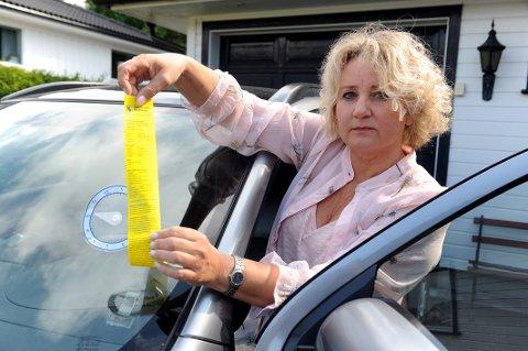 FIKK BOT: Ingjerd Hegdahl Nerlie (53) risikerer å bli 600.- kroner fattigere etter at parkeringsskiven i plast smeltet og viseren seg ned til feil tidspunkt.