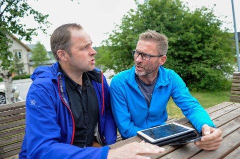 ULVESKADER: Leif Vingelen og Jo Esten Trøan studerer bilder fra ulveangrepene. Foto: Arne Inge Næss