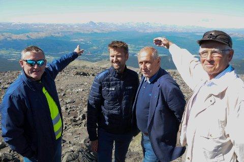 UTSIKT MOT RONDANE: Jan Inge Gjermundshaug (fra venstre), banksjef Geir Schjølberg i Sparebank1 Nord-Østerdal, ordfører Johnny Hagen og Jarle Tronslien.