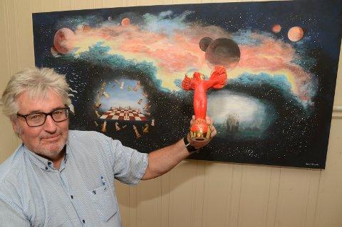 """HENTER PRISER: Sigmund Nyberg med den foreløpig siste internasjonale prisen fra New Yprk i vår, foran et av ferskeste bildene hans, """"Sjakk""""."""