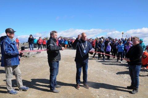 SNORKLIPPING: Ordfører Johnny Hagen klippet snora på den offisielle åpningen av Tronfjellveien. Fra venstre Jarle Tronslien, Jan Inge Gjermundshaug og Stig Ottar Gjermundshaug.