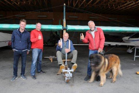 FERDIG RESTAURERT: Bjørn Fossum (midten) fløy det 80 år gamle pedaldrevne glideflyet til Tynset flyklubb som 16-åring, Nå vil han fly med det igjen. Fra venstre: Stein Olsson Per Urseth og Svein Ellingvåg.