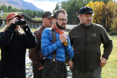 JAKTBYTTE I SIKTE: Halvor Sveen (til høyre) betrakter en flokk med kråker som har samlet seg på setervangen i Gammeldalen. Rundt  står fra venstre:Tina Dyrstad Fossdal, Bernt Nor og Joakim Pedersen.