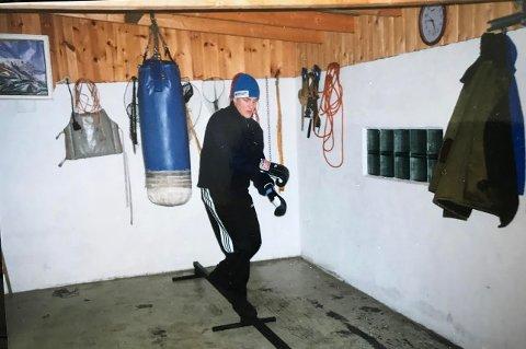 HER STARTET DET HELE: En ung Robert Paulsbyen i garasjen der han la grunnlaget for sin imponerende kickbokser-karriere. Her balanserer han på egenlaget apparat. Sandsekken som fikk juling i mange år.