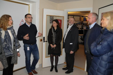 OMVISNING: Avdelingsleder røntgen Morten Resell ledet omvisningen på Tynset sjukehus. I midten står administrerende direktør Cathrine Lofthus i Helse Sør-Øst og divisjonsdirektør Stein Tronsmoen.