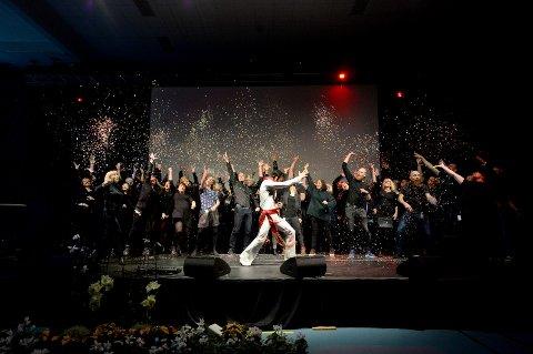 KONGEÅPNING: Elvis (Tony Nilsson) og lærerne sørget for en forrykende åpning av nye ELVIS.