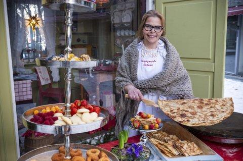 BAKST BLE LEVEBRØD: Anita Lomnes vokste opp med bestemor Paulas tradisjonsbakst i Rendalen. Nå driver hun sitt eget Sirupstynnkakebakeri i Brumunddal.