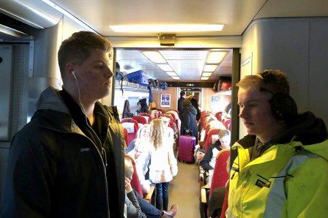 STÅPLASS: Fra venstre Sivert Brennmoen (17) fra Tolga og Bror Pedersen (17) fra Tynset måtte ta til takke med ståplass på toget nordover fra Elverum fredag ettermiddag. (Foto: Cathrine Loraas Møystad)