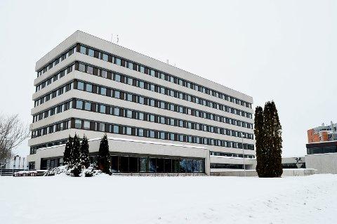 PÅ VENT: Rehabiliteringen av Fylkeshuset i Hamar er satt på vent. (Foto: Bjørn-Frode Løvlund)