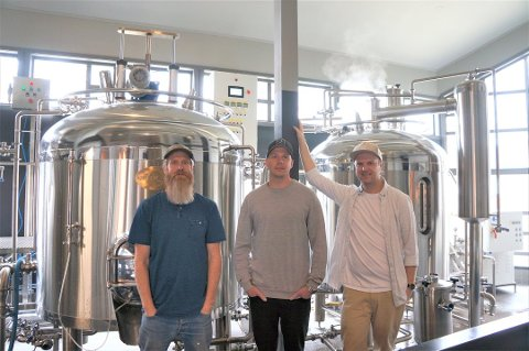 EGET ØL: Oddenfest får sitt eget øl. Her står brygger Jeremy Metzger sammen med Kim K. Osmundsvaag og Christer Hoem fra Oddenfest. Foto: Privat