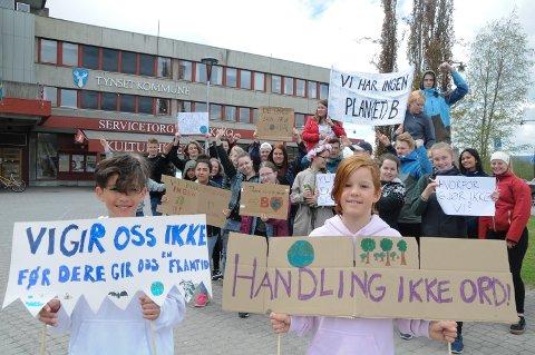 ENGASJERTE: Erik Bråten (til venstre) og Frei Lervang streiket for klimaet sammen med elever på Nord-Østerdal videregående skole foran rådhuset på Tynset.
