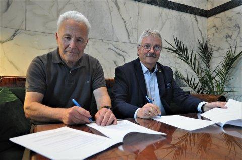 GENERALSPONSOR: Her signeres avtalen mellom Sparebank 1 Østlandet og Landsskytterstevnet 2020. Konsernsjef Richard Heiberg til høyre og Jo Stuan, leder for arrangementets hovedkomite.