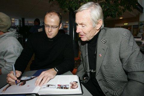 Egil Danielsen (t.h.) og roer Eirik Verås Larsen under lanseringen av boken «Olympiske sommerleker 1896-2004» i november 2004.