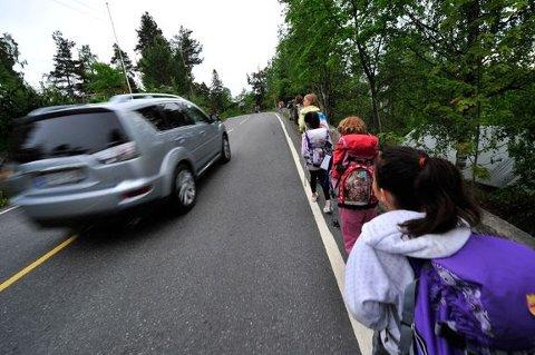 TRYGGERE SKOLEVEG: Trygg Trafikk ber foreldre tenke gjennom om det er nødvendig å kjøre barn til og fra skolen. Færre biler vil gi en tryggere skoleveg, mener de.