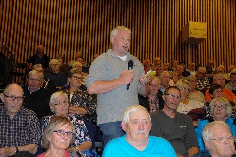 TOK ORDET: Karstein  Hove Bergset fikk stor applaus fra salen, under en tidligere debatt om rovdyrproblematikken i Rendalen. Nå prøver han å få solgt gården.