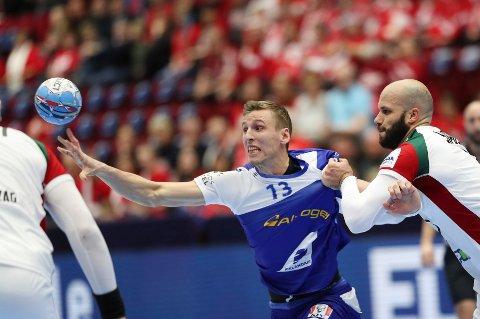 Islands Olafur Andres Gudmundsson (midten) i duell med Island i håndball-EM.