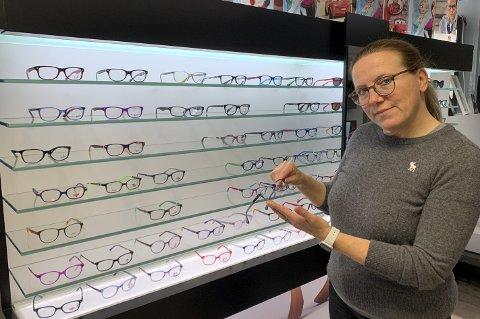 OPPRØRT: Spesialist på barns syn, optiker Camilla Kjelland Verngård fra Elverum, skjønner ikke hva politikerne tenkte på da de vedtok kutt i brillestøtten til barn. Fra 1. mars endres beløpene betraktelig. Camilla er sikker på at det vil få dramatiske konsekvenser hvis noen dermed utsetter å kjøpe briller til barna sine. –  Hvis du er langsynt, og ser dårligere på det ene øyet enn det andre, trenger du behandling med lapp og briller for å få et godt syn. Hvis vi ikke får startet denne behandlingen før barnet har fylt åtte år, kan vi ende med et underutviklet øye. Det vil påvirke alt fra evnen til å lese godt til det å ta førerkort, advarer hun. .
