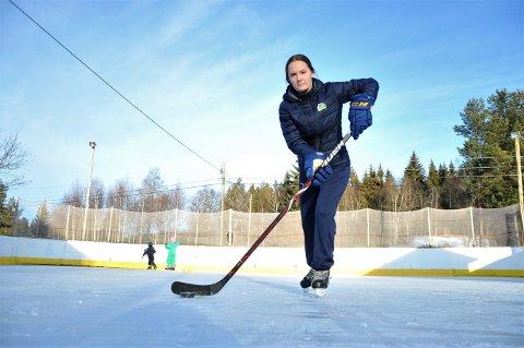 KLAR FOR STORKAMP: Vilde Marina Knappen fra Heradsbygd får som eneste jente møte hockeyheltene i Storhamar til kamp i hjembygda.