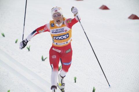 Therese Johaug i mål etter sprintprologen i verdenscupen i langrenn i Oberstdorf søndag.